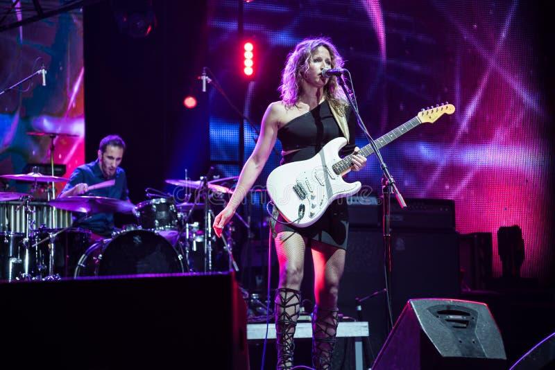 Blau Gitarrist und Sänger Ana Popovic-Ausführung Live an Arsenal Fest, am 23. Juni 2017 lizenzfreie stockbilder