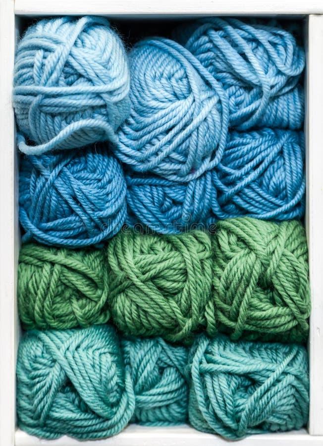Blau, Grün und Teal Balls der Wolle für das Stricken stockbild
