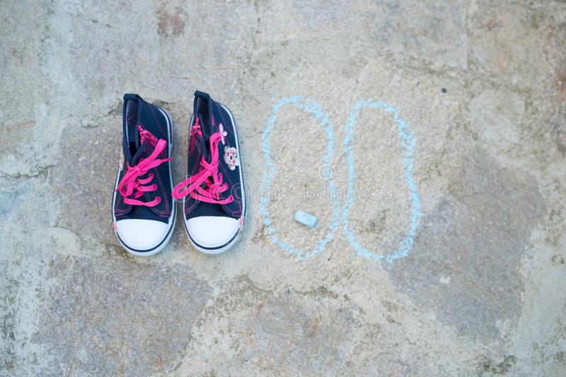 Blau scherzt Turnschuhe mit rosa Bindungen lizenzfreies stockbild