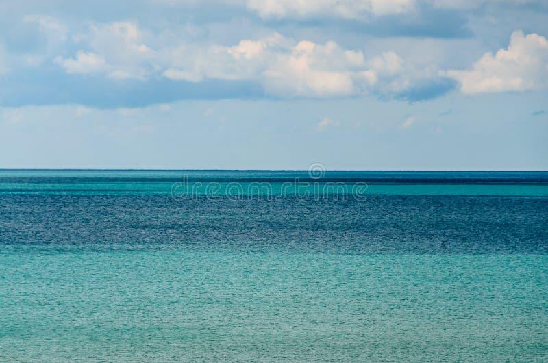 Blau Schwarzen Meers streifte klares Wasser, Meereswogen, flaumige Wolken ab lizenzfreies stockbild