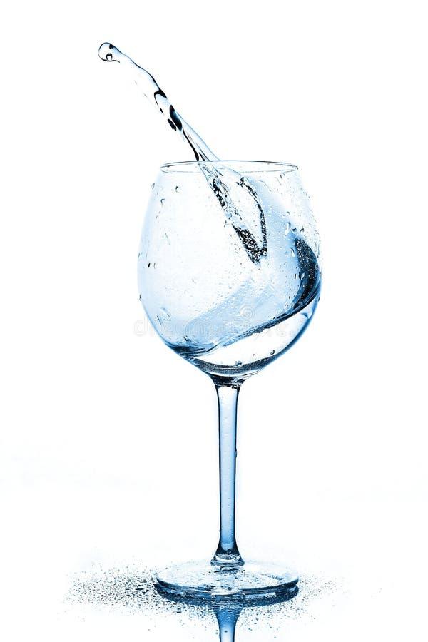 Blau spritzt vom Trinkwasser im Weinglas ein Spray des Wassers Trinkwasser stockbilder