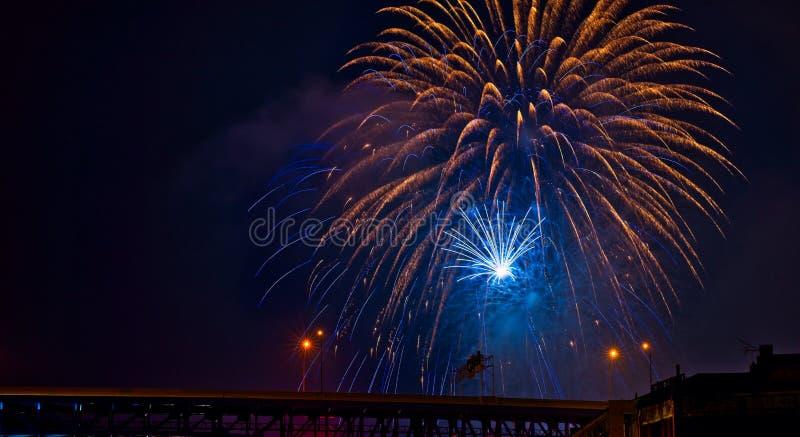 Blau- und Goldfeuerwerke über Brücke lizenzfreie stockfotografie
