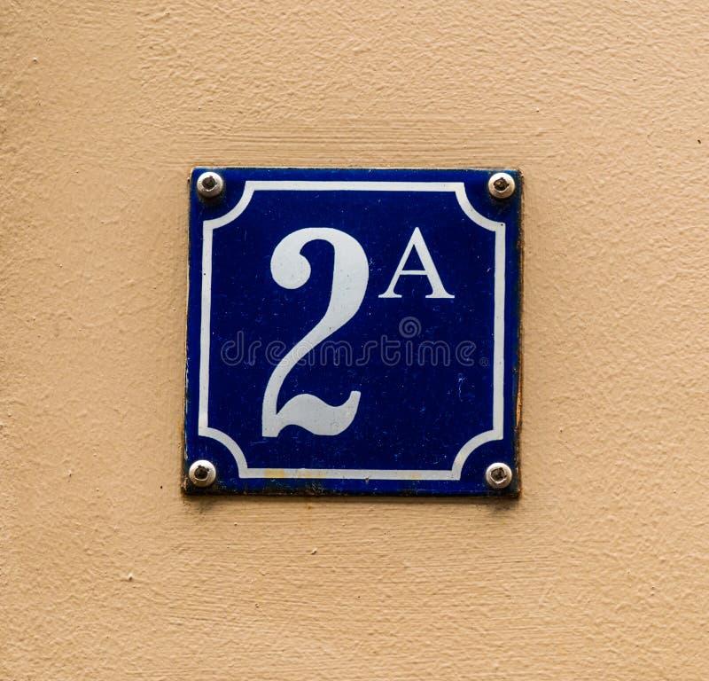 Blau und Weiß der Hausnummer 2A stockbilder