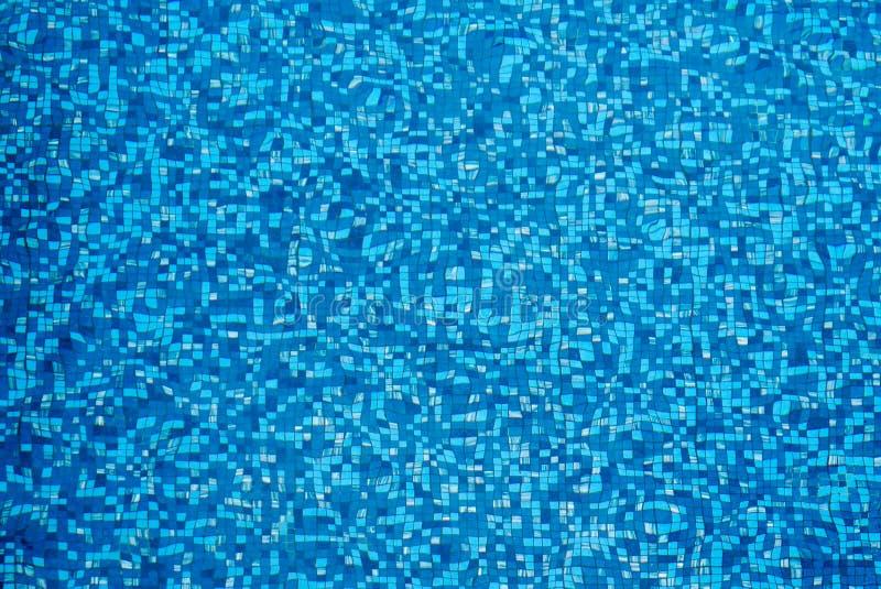 Blau zerrissenes Wasser im Swimmingpool stockfotos