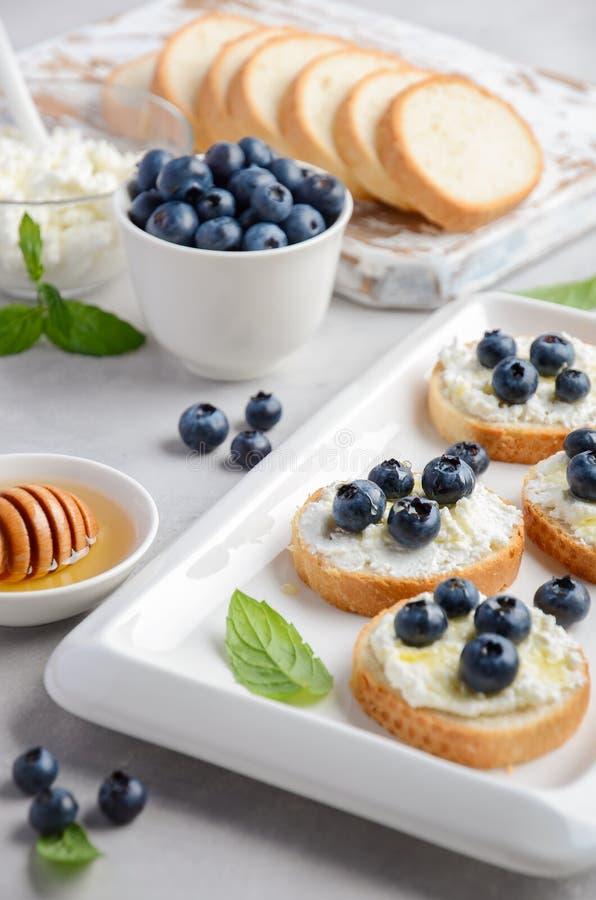 Blaubeer- und Honigsandwiche, gesundes Frühstückskonzept stockbilder