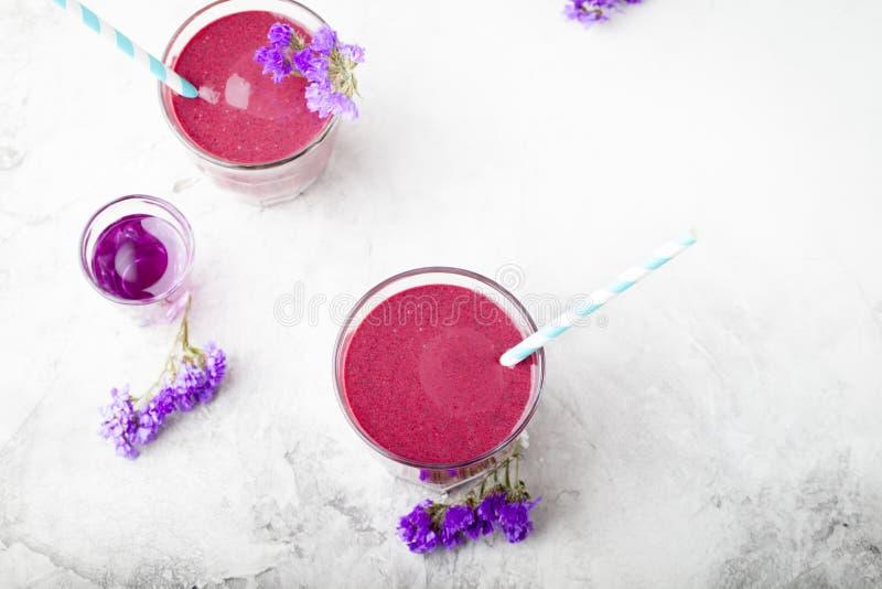 Blaubeere, Brombeere, Geißblatt, honeyberry Smoothie mit violettem Sirup und acai stockbilder