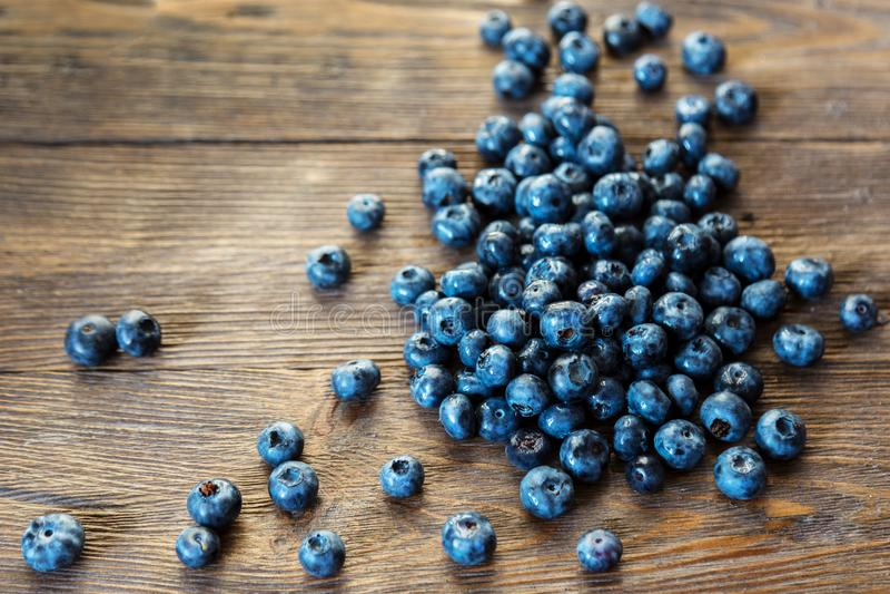 Blaubeeren mit Blättern Blaubeeren auf Weinleseholztisch lizenzfreies stockbild