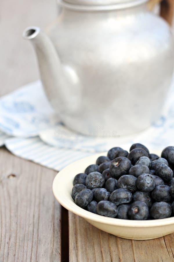 Blaubeeren und Teekanne lizenzfreies stockbild