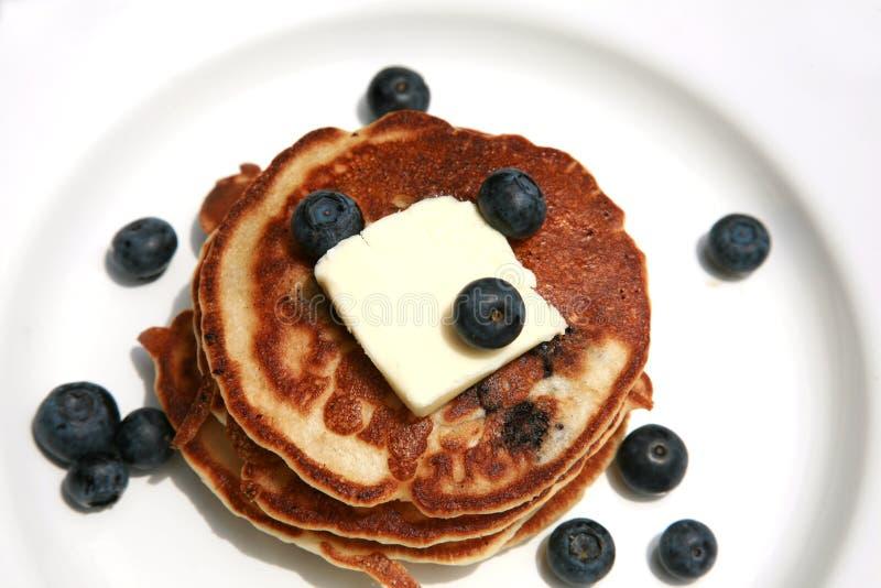 Blaubeerepfannkuchen zum Frühstück stockbild
