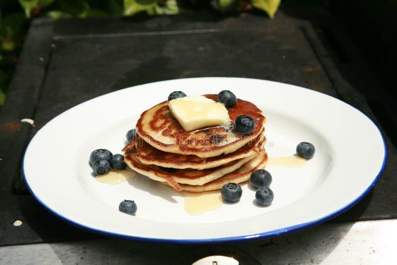 Blaubeerepfannkuchen zum Frühstück lizenzfreies stockbild