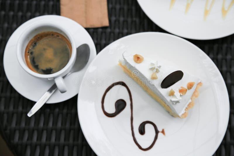 Blaubeerkäsekuchen auf hölzerner Platte, Kuchen mit Kaffee in der Kaffeestube oder im Restaurant, Blaubeerkuchen mit Stau auf höl lizenzfreies stockfoto