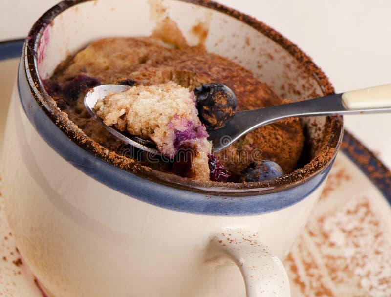 Blaubeermikrowellen-Muffin im Becher stockfoto