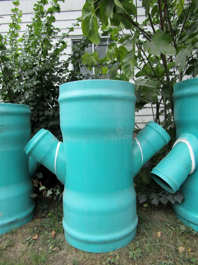 Blaue Abwasserrohre lizenzfreie stockbilder