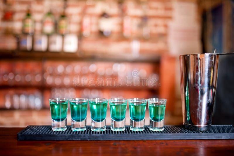 Blaue alkoholische Cocktailschüsse Curaçaos auf Bar stockbild