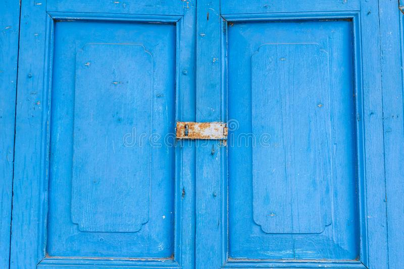 Blaue alte Tür mit Paddelschlüssel lockset stockfotografie