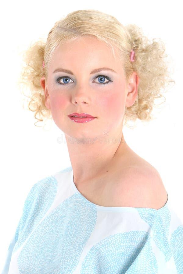 Blaue Augen des blonden Mädchens stockfotos