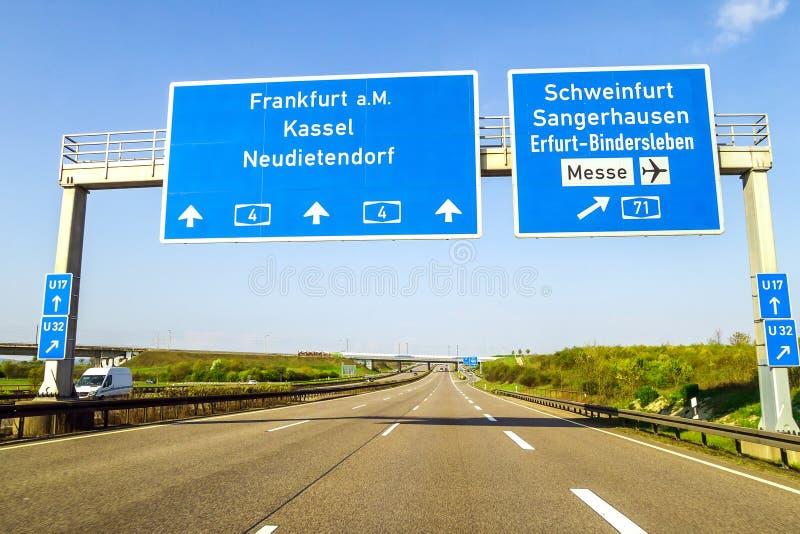 Blaue Autobahn unterzeichnen vorbei die Straße in Deutschland am sonnigen Tag stockfotos