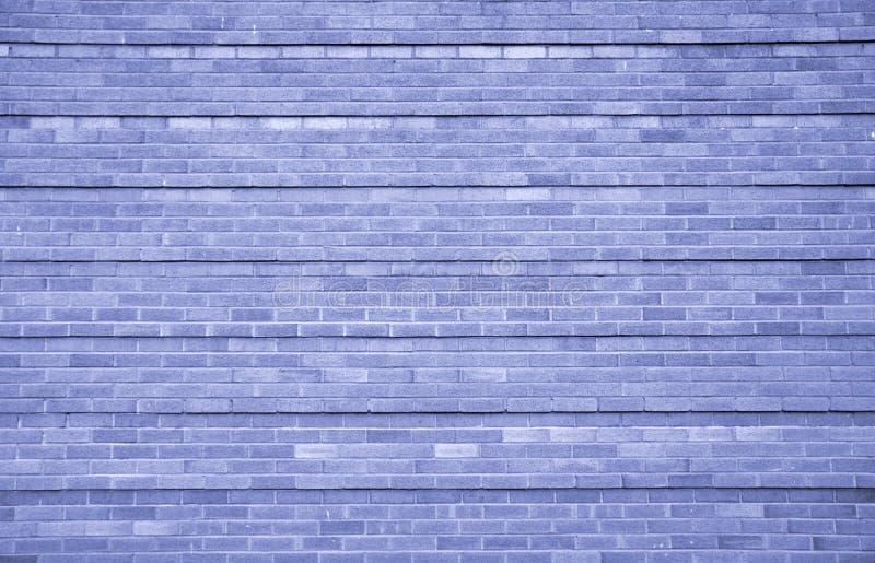 Blaue Backsteinmauer mit strukturierten Ziegelsteinen und wiederholen Linien lizenzfreie stockfotos