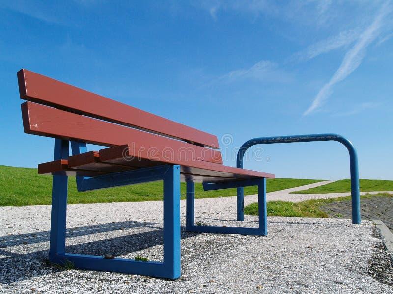 Blaue Bank für Touristen auf Terschelling lizenzfreies stockfoto