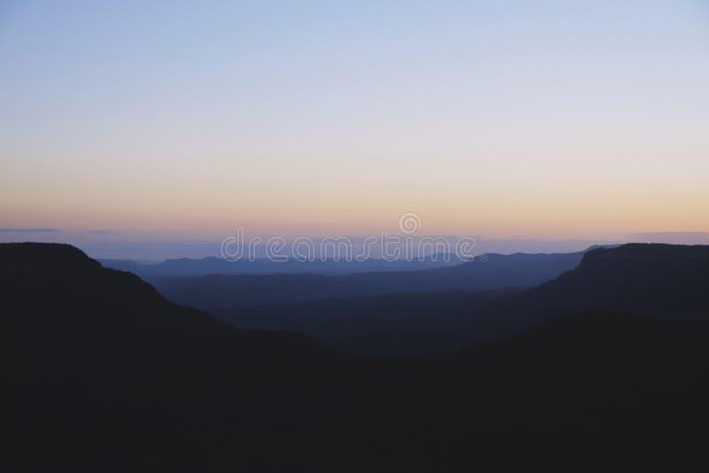 Blaue Berge bei Sonnenuntergang stockfotografie