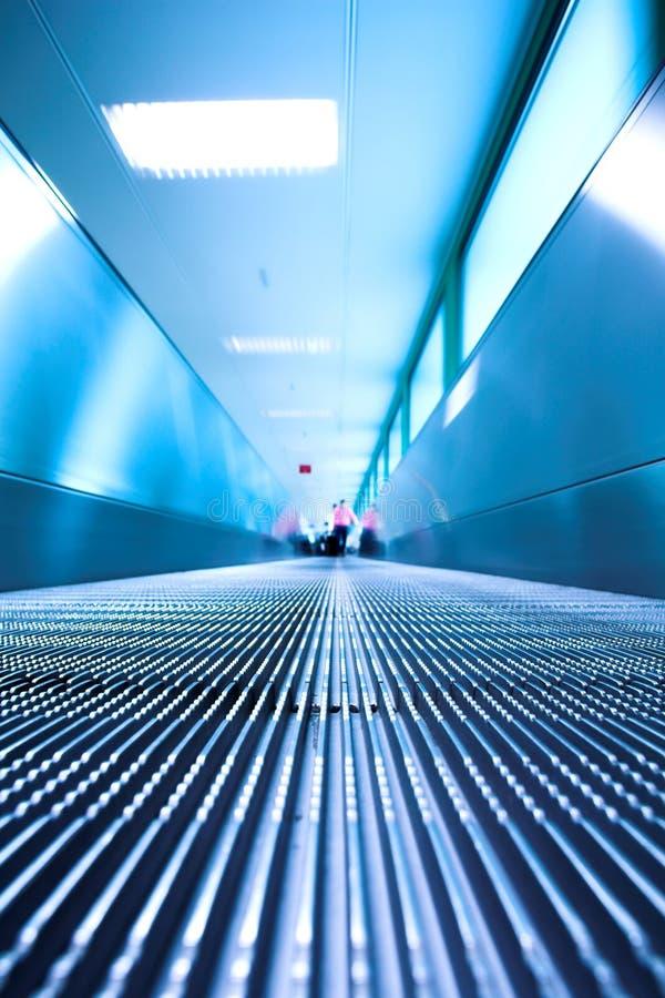 Blaue bewegliche Rolltreppe in der Bürohalle lizenzfreies stockbild
