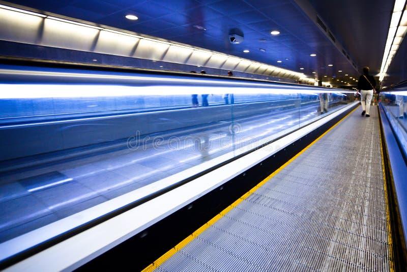 Blaue bewegliche Rolltreppe mit Leuten lizenzfreie stockfotografie