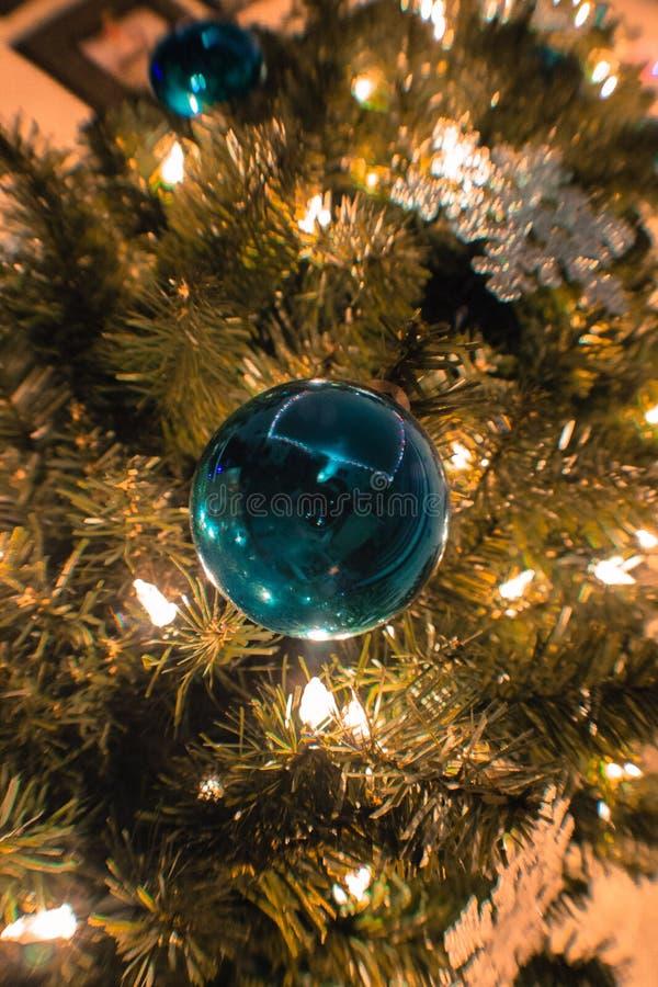 Blaue Birnenverzierung auf einem Weihnachtsbaum lizenzfreie stockfotografie