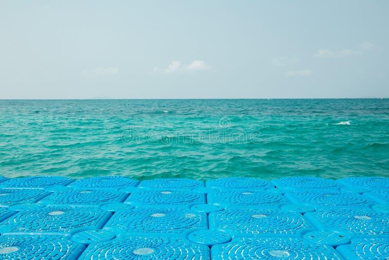 Blaue Bojen verlängert auf das Meer stockbild