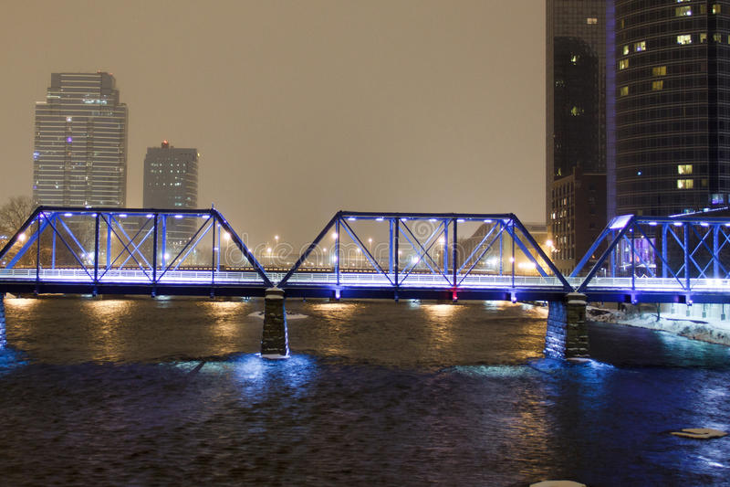 Blaue Brücke in Grand Rapids stockfotografie
