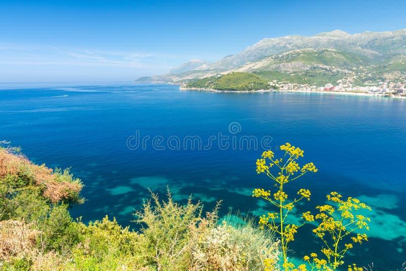 Blaue Bucht in Himare auf albanischem Riviera, Albanien stockbilder