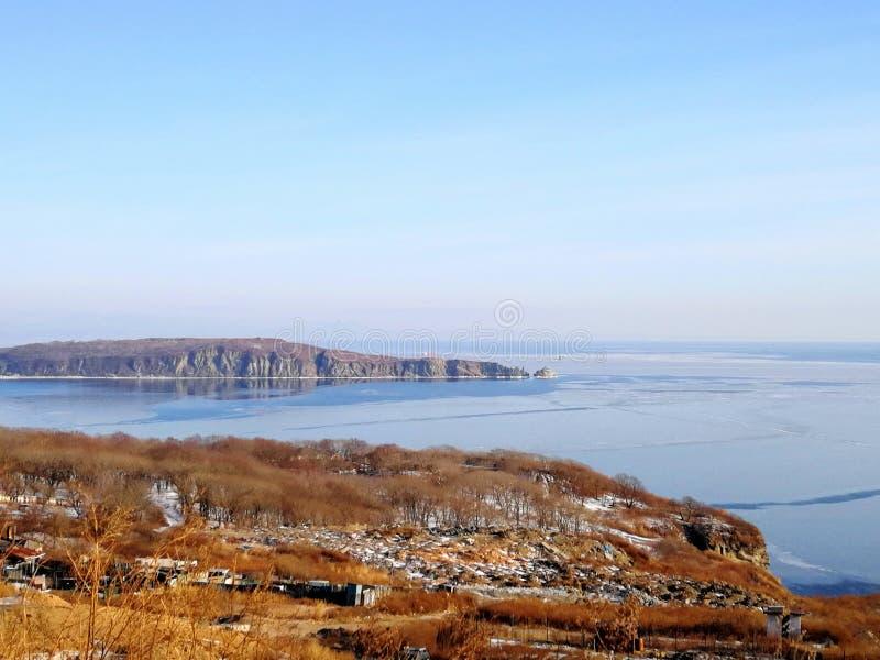 Blaue Bucht und orange Wald lizenzfreies stockfoto