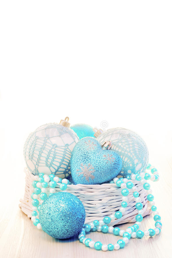 Blaue Chritmas-Bälle verziert im Korb mit weißem Kopienraum stockbilder