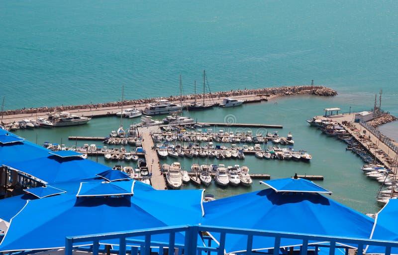 Blaue Dächer gegen das Meer stockfotografie