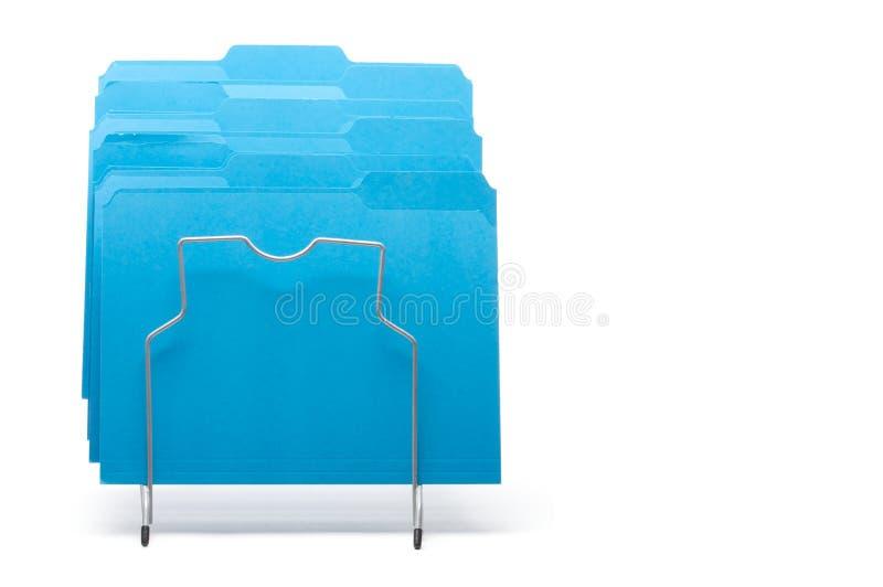 Blaue Datei-Faltblätter in der Zahnstange. lizenzfreies stockfoto
