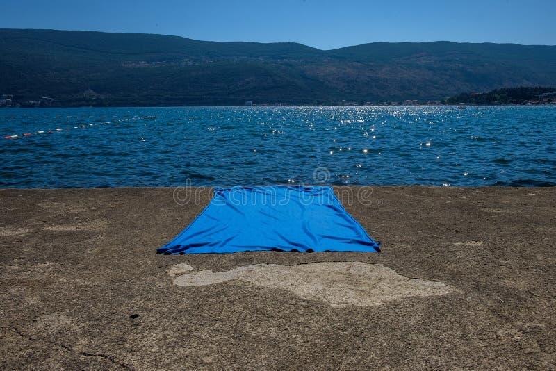 Blaue Decke auf Betondecke stockfotografie