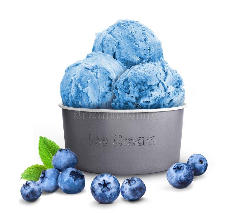 Blaue Eiscreme in einer Papierschale mit Blaubeere stockfoto