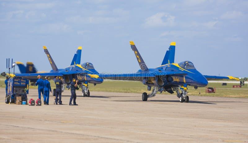 Blaue Engel bereiten sich für Flug vor stockfotos