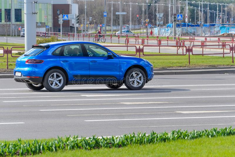 Blaue Farbe Porsche Macan stockbild