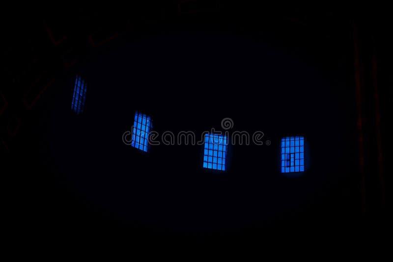 Blaue Fenster auf einem schwarzen Hintergrund Auszug stockfotografie