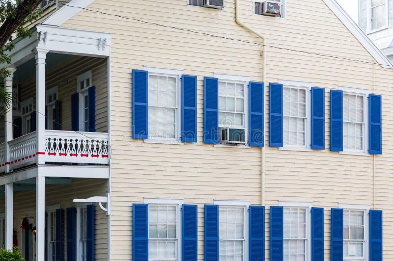 blaue fensterl den auf gelbem abstellgleis haus stockbild bild von bunt sonderkommando 66342619. Black Bedroom Furniture Sets. Home Design Ideas
