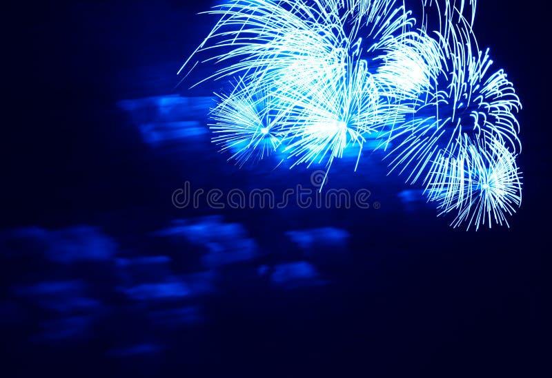 Blaue Feuerwerke am Hintergrund des nächtlichen Himmels lizenzfreies stockbild