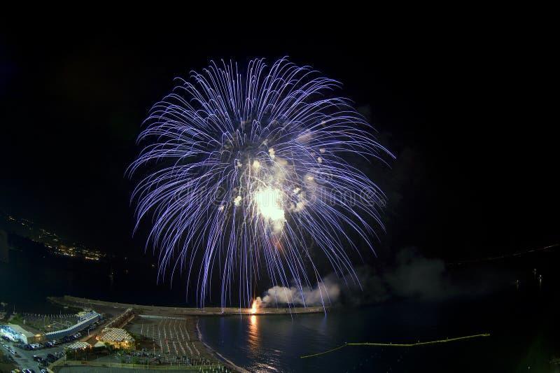 Blaue Feuerwerke mit Landschaft lizenzfreie stockfotos