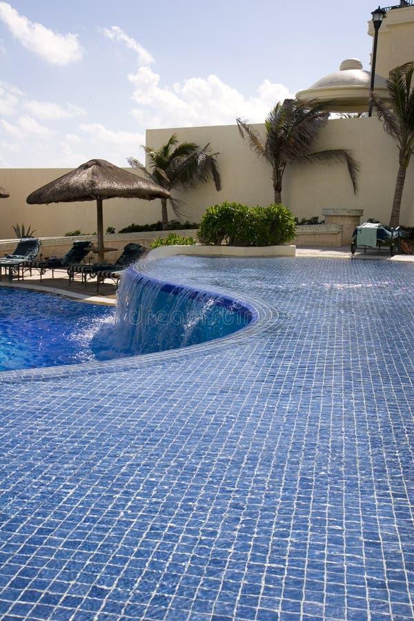 Blaue Fliese gebogenes Pool stockfotos