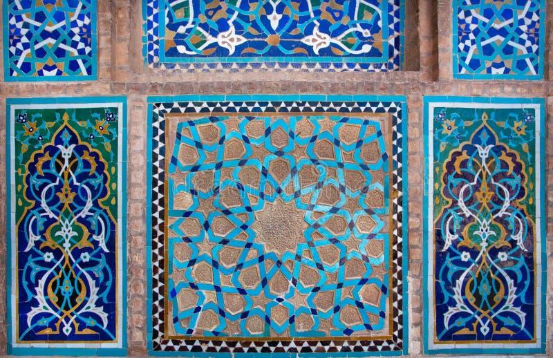 Blaue Fliesenwand mit Mustern des Mittlere Ostens lizenzfreie stockfotos