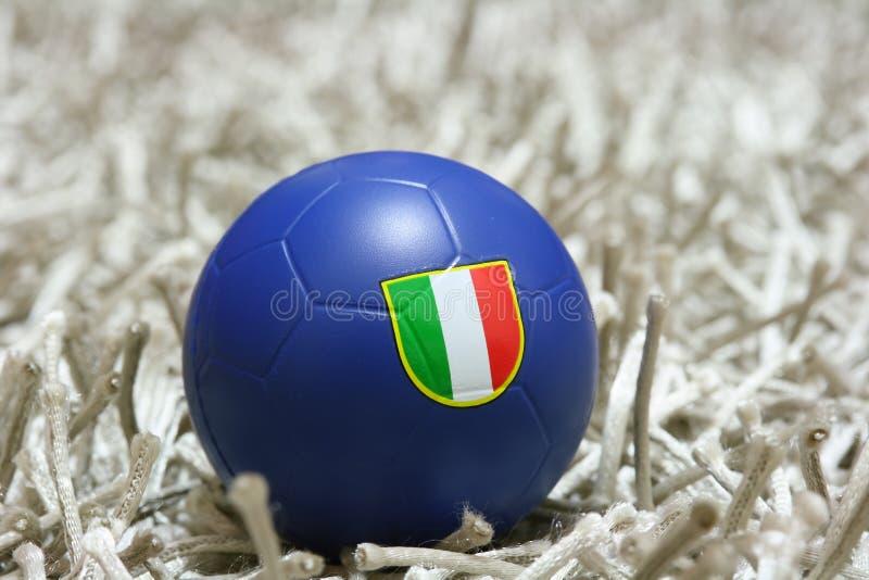 Blaue Fußballkugel mit Markierungsfahne stockbilder