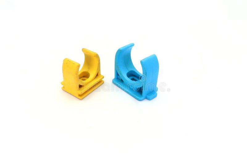 Blaue, gelbe PVC-Rohrverbindungen und Rohrschelle lokalisiert auf weißem Hintergrund stockfoto