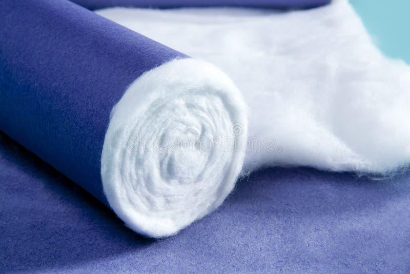 Blaue gerollte medizinische Baumwolle pharmazeutisch lizenzfreie stockfotos