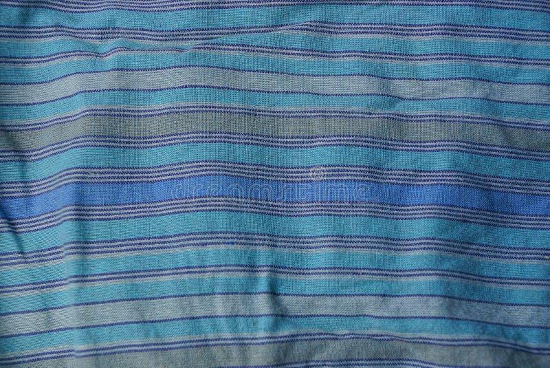 Blaue gestreifte Beschaffenheit eines Stoffes von einem Stück zerknitterter Kleidung stockbilder