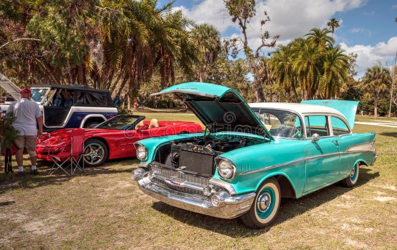 Blaue Gewohnheit Chevrolet 1955 an der 10. jährlichen Oldtimer-und Handwerks-Show stockfotografie