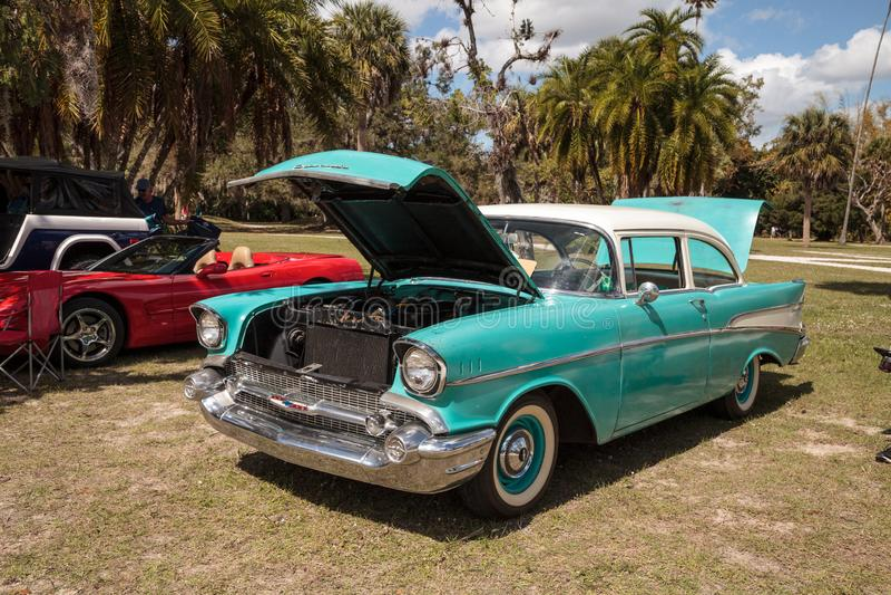 Blaue Gewohnheit Chevrolet 1955 an der 10. jährlichen Oldtimer-und Handwerks-Show lizenzfreie stockbilder